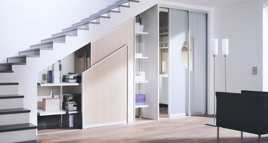 Оформление подлестничного пространства - шкаф под лестницей фото