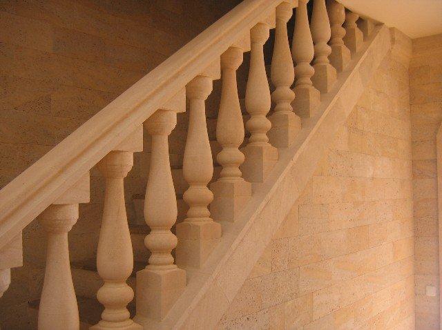 Лестничные перила изрозового камня фото