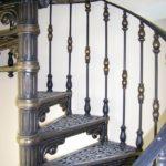 Чугунные столбы перил лестницы фото