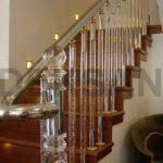 Комбинированные перила для лестницы из стекла и дерева фото