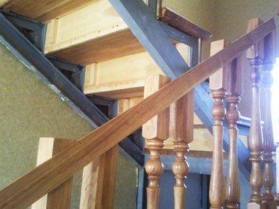 Крепление опорных столбов лестницы