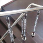 Лестничные перила из стеклянных столбов и стоек фото