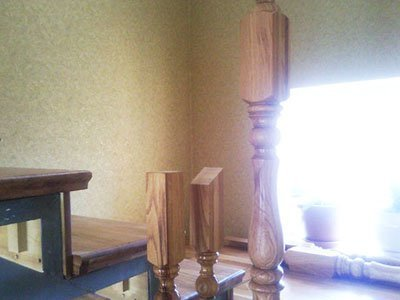 Заходной резной столю для лестницы фото