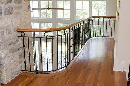 Лестница сделана в частном доме из клееного бруса