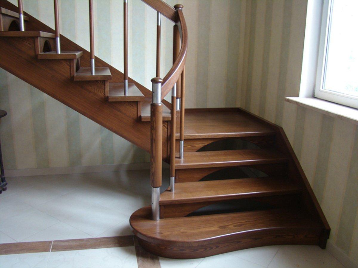 Угловая лестница в доме