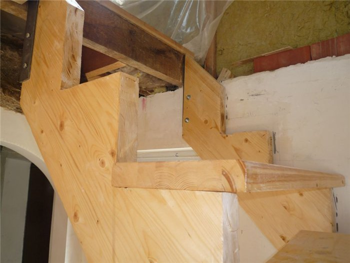 Деревянная лестнциа с поворотом на 90 градусов фото