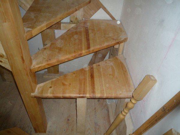 Деревянная лестница с поворотными ступенями фото