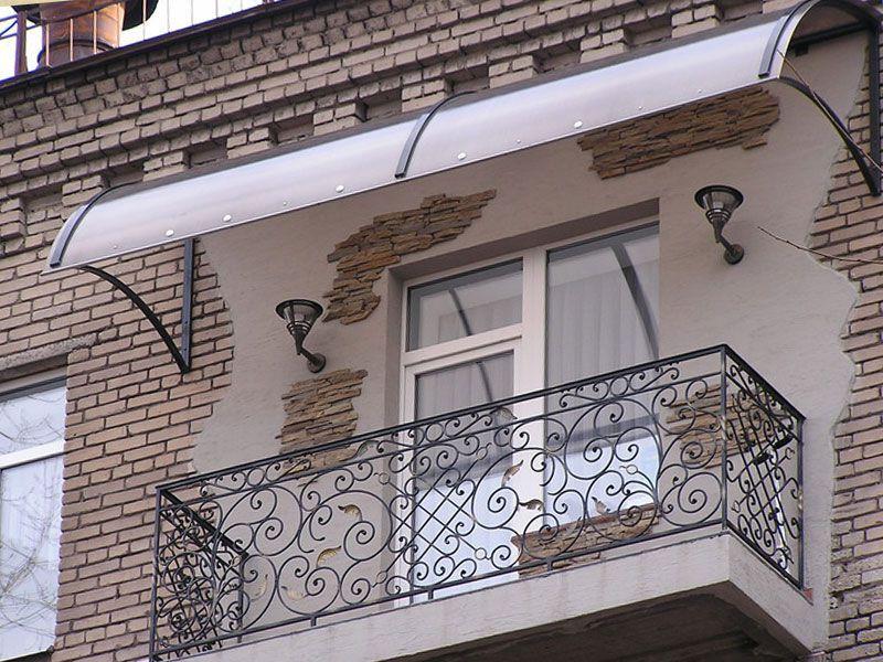 Навес из поликарбоната над балконом - сотовый и монолитный.