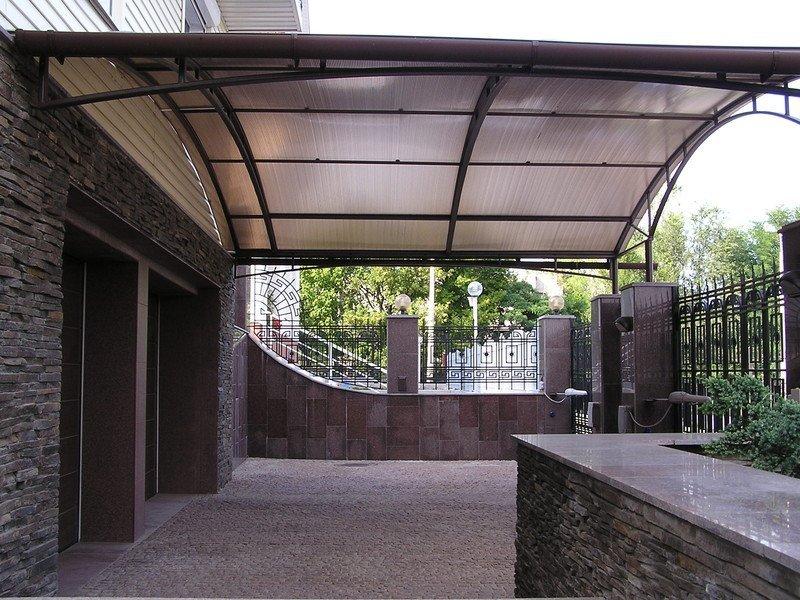 Навес перед гаражом из поликарбоната — козырек над гаражными воротами