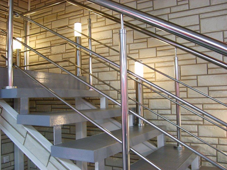 Металлические ограждения для лестниц — перила и поручни, фото