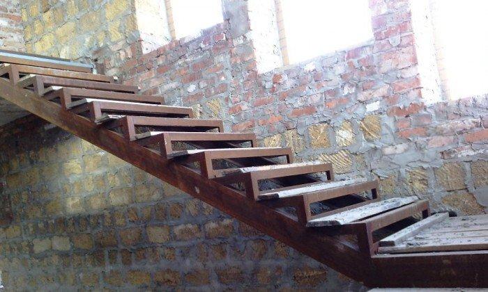 Лестница из профильной трубы на косоурах